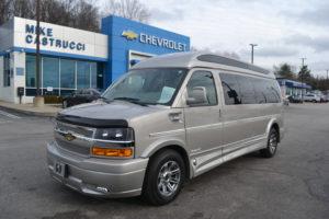 1GCWGBFG9J1326574 4X4 9 Passenger Explorer Van